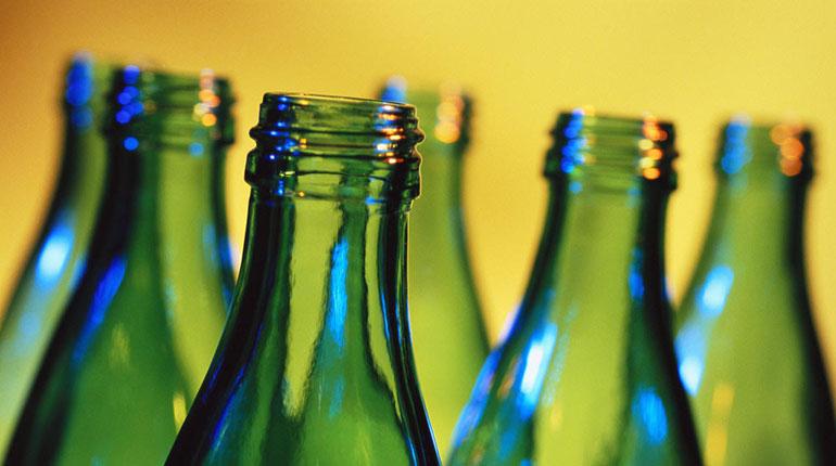 Cómo abrir una botella con otra