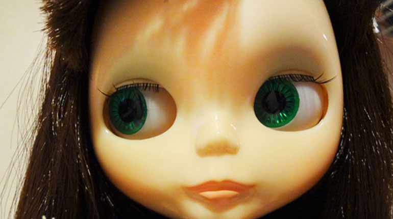 Cómo cambiar las pestañas de una muñeca Blythe